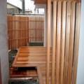 軒下、濡れ縁、目隠しとすべて木材で統一したことによって独特の和を醸す雰囲気に