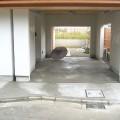 間口の広い駐車スペースはそのまま室内へと繋がっているので雨でも濡れません